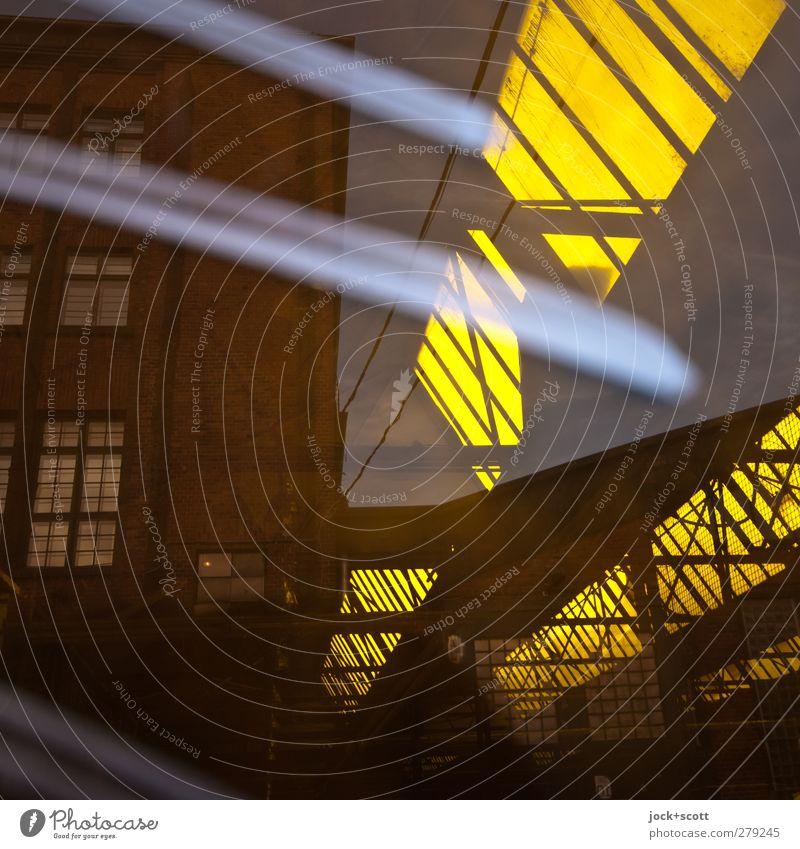 Einblick in eine Farbrikhalle Kreuzberg Fabrik Dachfenster Oberlicht Glas Graffiti Streifen leuchten eckig retro gelb diagonal Detailaufnahme abstrakt