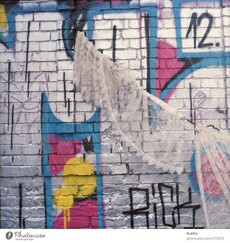 Spießig Haus Seil Kunst Mauer Wand Fassade Stein Schriftzeichen Ziffern & Zahlen Graffiti hängen dreckig einzigartig kaputt Kitsch trashig rosa silber weiß