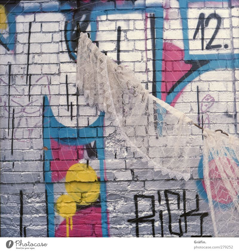Spießig weiß Haus Graffiti Wand Mauer Stein Kunst rosa Fassade dreckig Schriftzeichen Seil kaputt Buchstaben Ziffern & Zahlen einzigartig