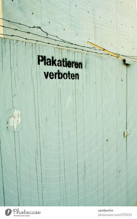 Plakatieren verboten Stadt Haus Wand Berlin Mauer Arbeit & Erwerbstätigkeit Schilder & Markierungen Schriftzeichen Kommunizieren Hinweisschild Zeichen Baustelle
