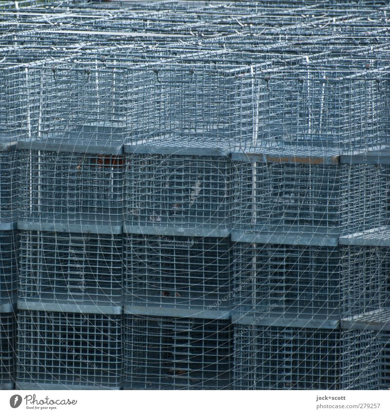 drahtig im Ouadrat Lagerplatz Kasten Sammlung Metall dünn eckig viele grau Ordnung aufeinander Stapel luftig Gitternetz Korb Detailaufnahme abstrakt