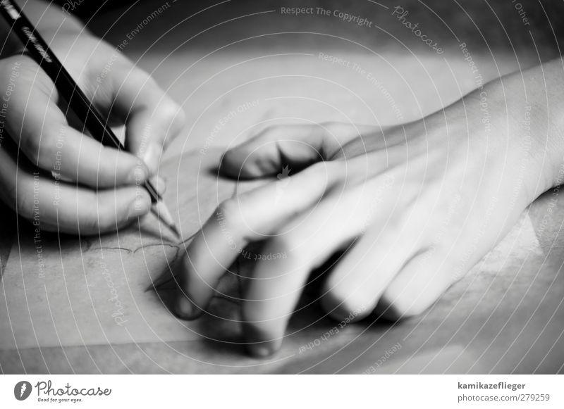 zeichnen Mensch Kind Hand 1 Künstler Maler Papier Schreibstift Schwarzweißfoto Innenaufnahme Detailaufnahme Textfreiraum oben Licht Schatten