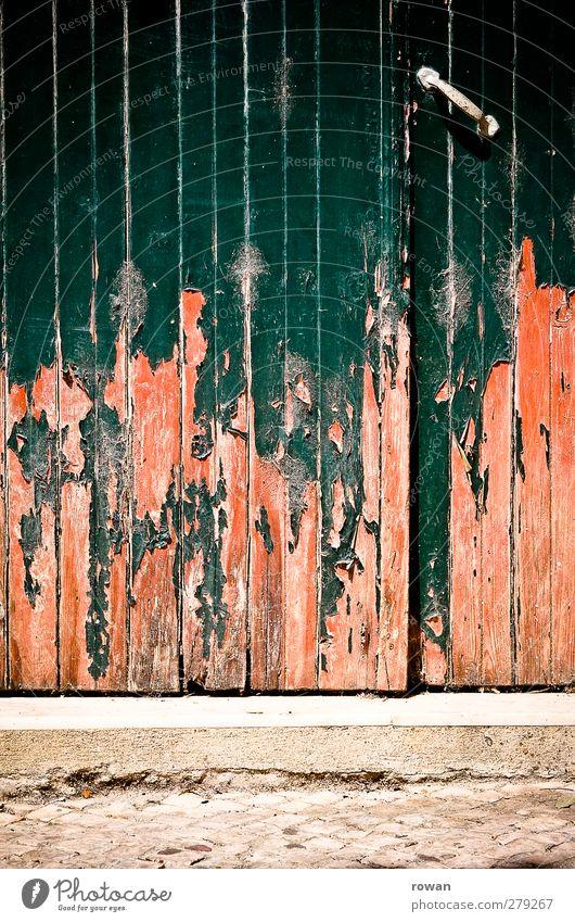 tor Haus Bauwerk Gebäude Architektur Mauer Wand Fassade Tür alt kaputt retro trist Stadt grün orange rot Verfall Holz Tor abblättern Farbstoff streichen