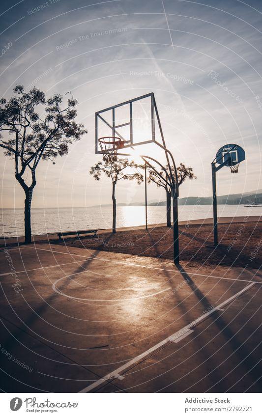 Basketballplatz am Meeresufer Gerichtsgebäude Küste Sport Wasser Oberfläche Himmel Wolken Sonnenuntergang Himmel (Jenseits) Entwurf Sonnenstrahlen Abend Aktion
