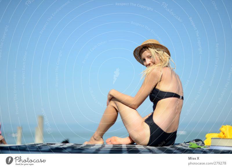 Urlaubsgrüße Erholung Ferien & Urlaub & Reisen Tourismus Sommer Sommerurlaub Sonne Sonnenbad Strand Meer Mensch feminin Junge Frau Jugendliche Rücken 1