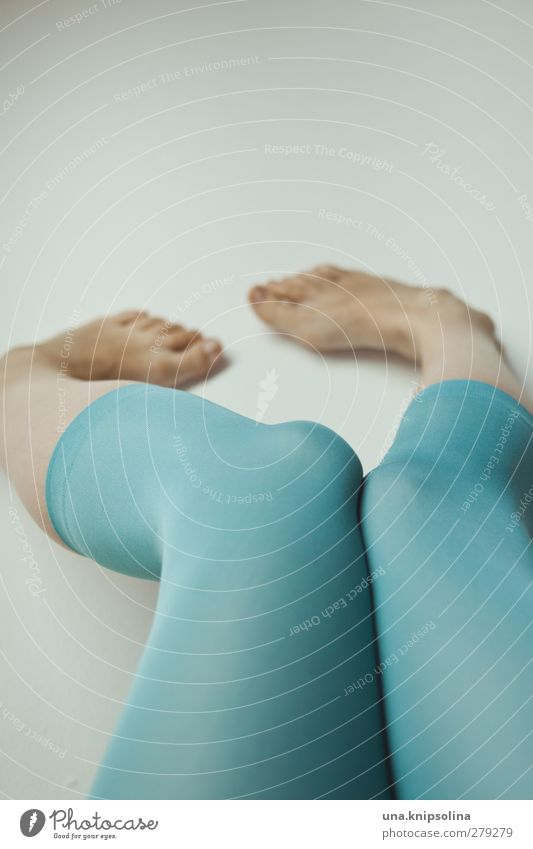 sommerfarbe elegant Stil Körperpflege feminin Frau Erwachsene Beine Fuß 1 Mensch 18-30 Jahre Jugendliche Mode Bekleidung Strumpfhose laufen liegen träumen
