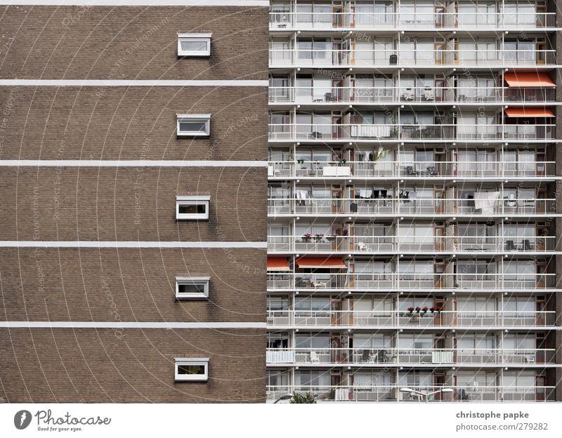 Massenmenschhaltung Häusliches Leben Wohnung Haus Stadt Stadtzentrum Hochhaus Gebäude Mauer Wand Fassade Balkon Ghetto Plattenbau Sozialer Brennpunkt