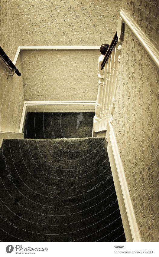 treppab Haus Einfamilienhaus Gebäude Architektur Treppe alt retro Tapete Tapetenmuster Teppich Treppengeländer altmodisch Altbau England Englisch