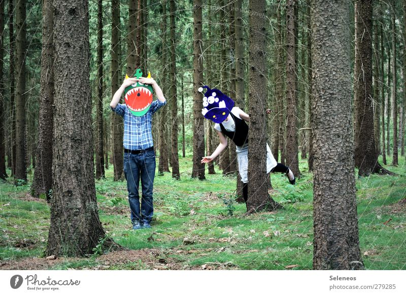 eins zwei drei vier eckstein Mensch 2 Umwelt Natur Pflanze Baum Gras Moos Wald Bekleidung Hemd Hose Maske verrückt Monster verstecken Farbfoto Außenaufnahme Tag