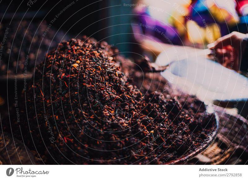 Trockengewürze auf der Theke Markt Kräuter & Gewürze mehrfarbig aromatisch Osten außergewöhnlich regenarm Schalen & Schüsseln rot Orange Basar Tradition kaufen