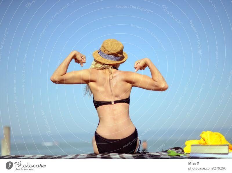 Poser Ferien & Urlaub & Reisen Tourismus Sommer Sommerurlaub Sonnenbad Strand Fitness Sport-Training Schwimmen & Baden feminin Frau Erwachsene Rücken 1 Mensch