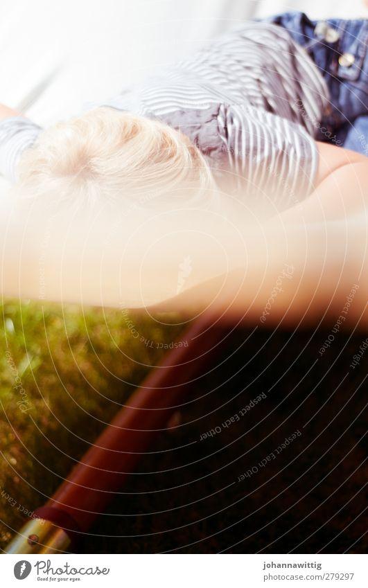 lennis träumt. blau Wasser Sommer Sonne Freude ruhig Erholung Wiese Wärme Leben Gras Garten träumen Schönes Wetter Schwimmbad Kleinkind