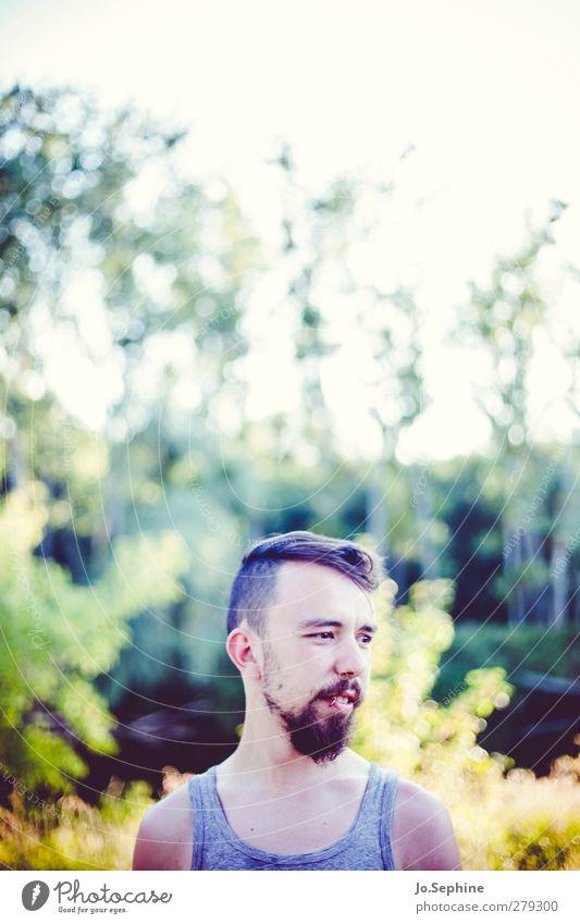 ein leichtes leises Säuseln Lifestyle Stil Ausflug Freiheit Sommer Mensch maskulin Junger Mann Jugendliche 1 18-30 Jahre Erwachsene Natur Wald Hemd Erholung