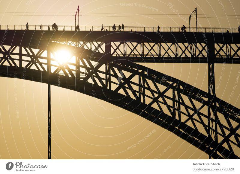 Brückenkonstruktion in Sonnenuntergangbeleuchtung Sonnenlicht Konstruktion Großstadt Stadt Silhouette Fußgänger Aussicht Frieden Landschaft hell Abenddämmerung