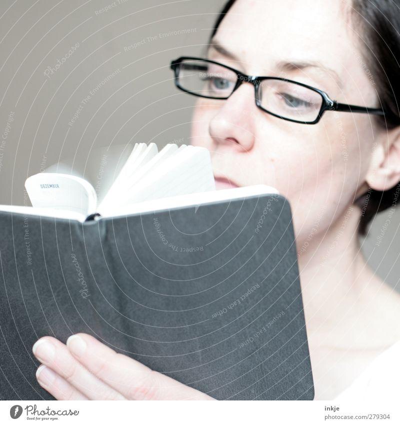Jetzt schon an Weihnachten denken! Mensch Frau Erwachsene Gesicht Leben Gefühle Stil Büro Business planen Brille lesen Suche Bildung Erwachsenenbildung Kalender