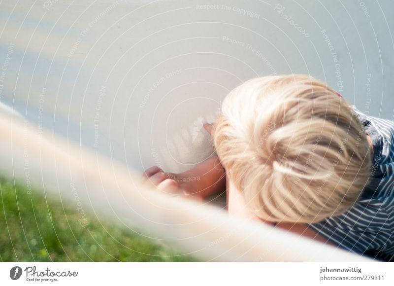 lennis weggedreht blau Wasser Sommer Sonne Freude Wiese Wärme Garten blond Stoff Schwimmbad Kleinkind Sommerurlaub Hängematte Hinterkopf Gartenmöbel