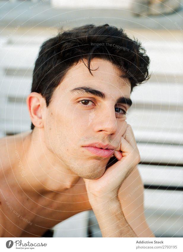 Gesicht eines jungen Mannes ohne Hemd Typ Jugendliche brünett Überraschung durch das Fenster Haare & Frisuren Entwurf Kreativität konzeptionell vertikal