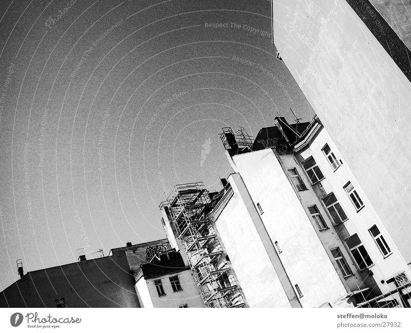 Berlin 2002 alt Himmel Stadt Haus Wolken Fenster grau Stein Mauer Architektur Deutschland verrückt Fassade trist Mitte