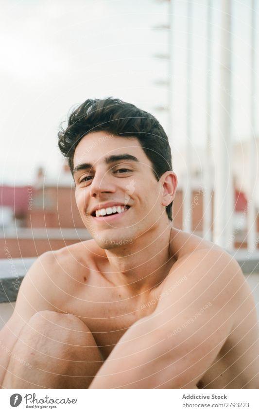 Gesicht eines jungen Mannes ohne Hemd, der lächelt. Typ Lächeln Jugendliche Glück brünett heiter Überraschung durch das Fenster Haare & Frisuren Entwurf