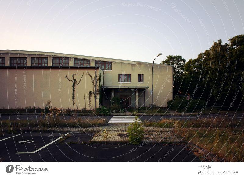 verlassen iii. Bauwerk Gebäude Architektur Verfall leer Leerstand Fußweg Fassade Beton Betonwand Betonmauer Sechziger Jahre Sporthalle Moderne Architektur eckig