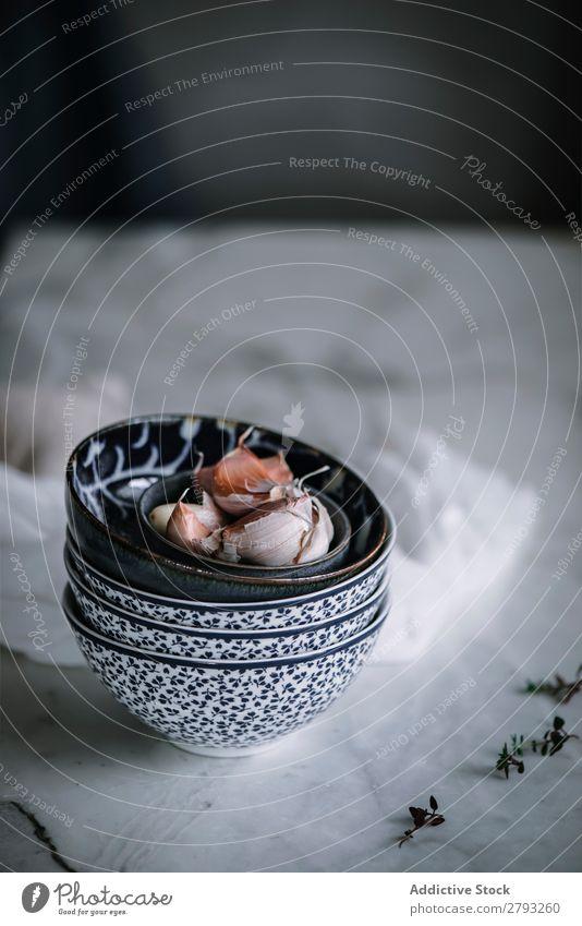 Knoblauchzehen in bunter Schüssel für die Nachtwache potaje Nelken Schalen & Schüsseln kochen & garen ornamental Anhäufung Wache Gewürz Kreativität Marmor