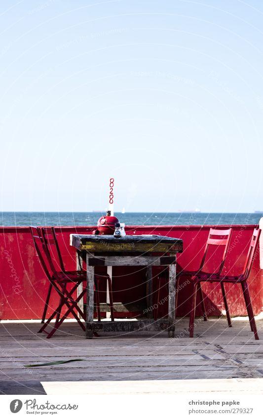 Sitzen mit Meerwert Ferien & Urlaub & Reisen schön Sommer rot Strand Ferne Küste Holz Horizont Wellen Tisch Stuhl Nordsee Lebensfreude Sommerurlaub