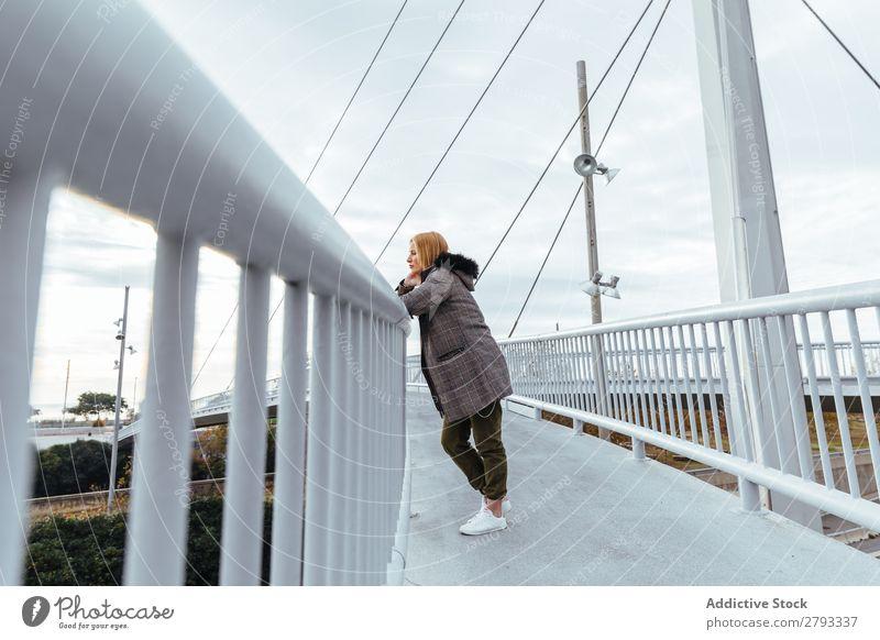 Blondes Mädchen, das in der Stadt posiert. Jugendliche Jacke Porträt Mode Model Behaarung Großstadt Frau blond Glück Herbst Winter Außenaufnahme schön hübsch
