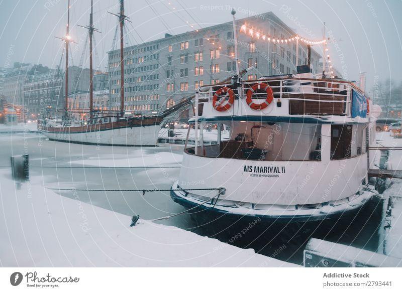Schiff im Hafen der arktischen Stadt bei Nacht Wasserfahrzeug Großstadt Arktis Eis Illumination modern Anlegestelle Gefäße Verkehr Meer Abend Industrie Business