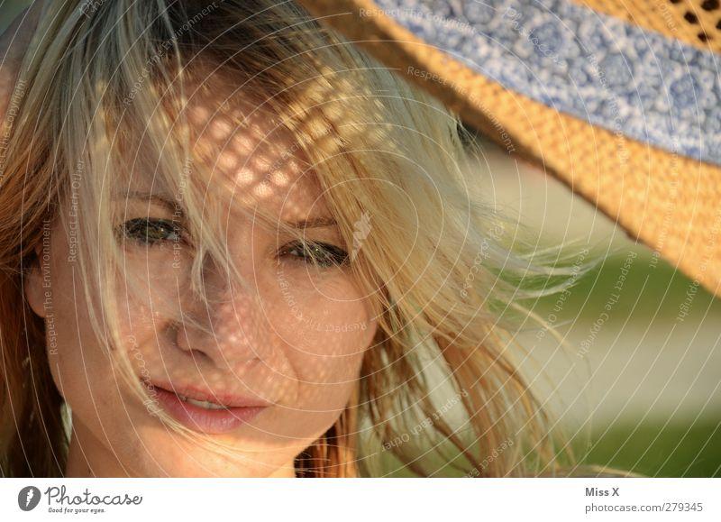 Sonnenmuster Sommer Sommerurlaub Sonnenbad feminin Junge Frau Jugendliche Gesicht 1 Mensch 18-30 Jahre Erwachsene Hut blond schön Erotik Stimmung Fröhlichkeit