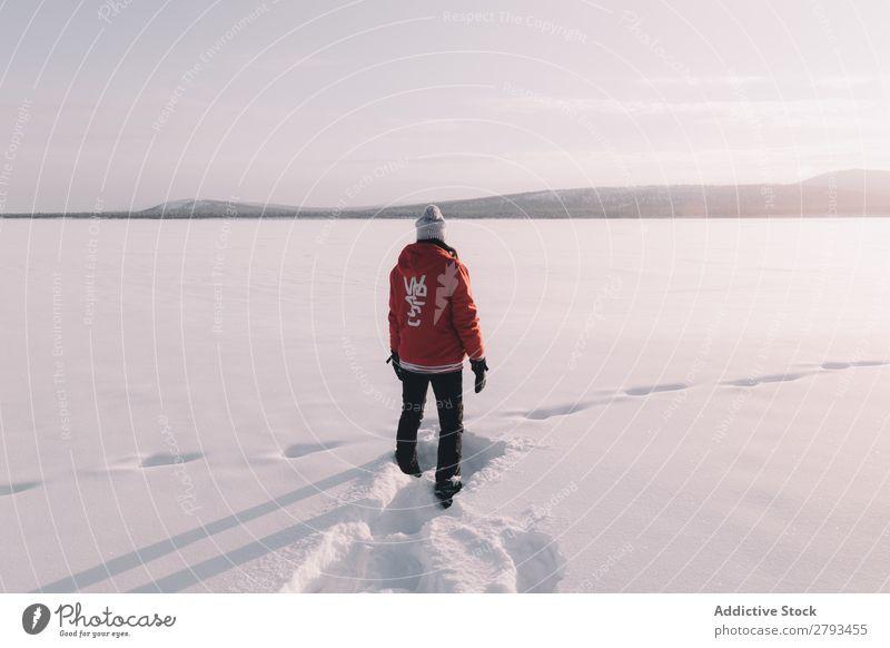 Anonyme Person, die im verschneiten Feld steht. Mensch Schnee Arktis Winter stehen kalt weiß