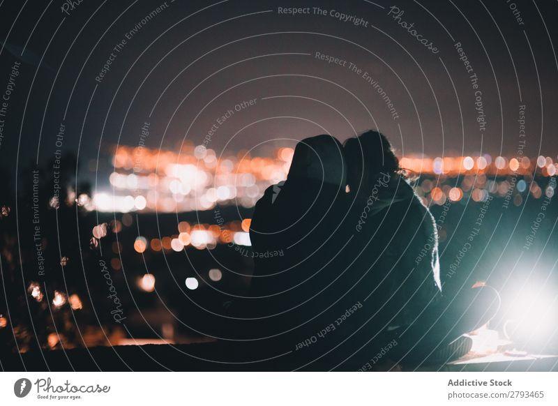 Anonymes Paar, das auf die Nachtstadt schaut. Großstadt Zusammensein Illumination Mann Frau Jugendliche