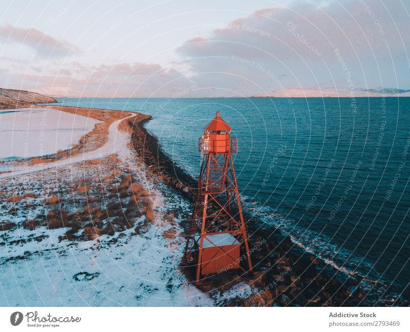 Bake auf schneebedecktem Ufer in Meeresnähe Leuchtfeuer Küste Arktis kalt Schnee Winter Landschaft Natur Navigation Leuchtturm nautisch Wahrzeichen Sicherheit