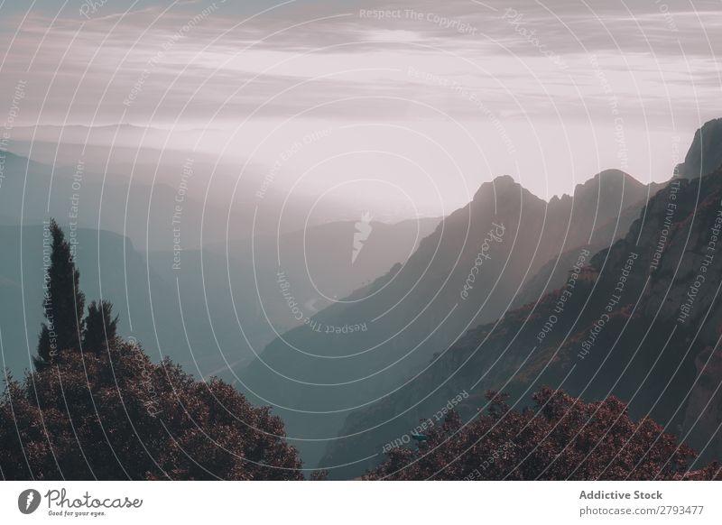Wunderschöne Gipfel von Bergen in Wolken Berge u. Gebirge Tal Himmel Top malerisch Aussicht