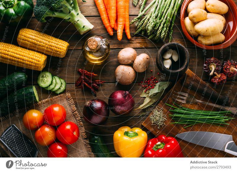 Kochzutaten und -utensilien auf dem Tisch kochen & garen Zutaten Utensilien Gemüse Erdöl Lebensmittel Essen zubereiten Küche sortiert frisch organisch natürlich