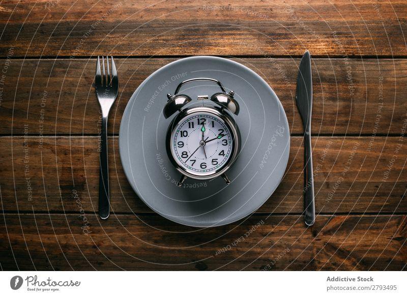 Besteck am Teller mit Wecker Tisch Entwurf Diät Gabel Messer Zeit Mahlzeit Minutenzeiger Stundenzeiger Mittagessen Abendessen Frühstück mechanisch Keramik