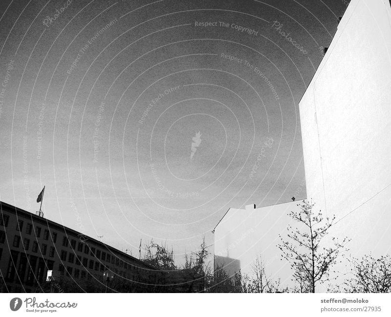 Berlin 2002 Mauer Brandmauer Haus Fenster Stadt Demontage Altbau Backstein Putz Fassade Wolken grau trist verfallen taumeln Architektur Deutschland Kleistpark