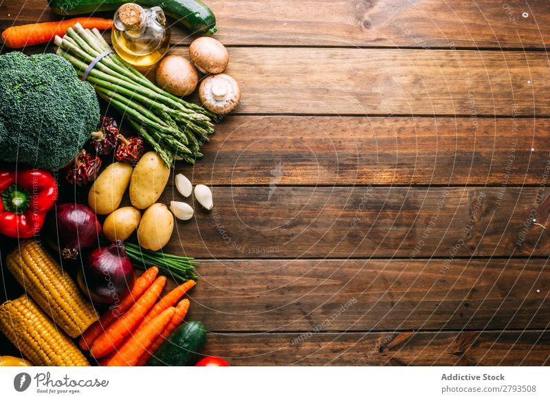 Verschiedenes Gemüse und Öl auf Holztischplatte Erdöl sortiert Tisch frisch Gesundheit reif Lebensmittel Diät Zutaten roh Vegane Ernährung Flasche