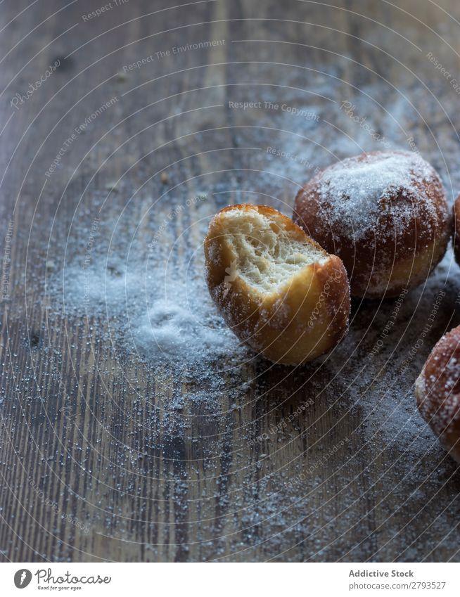 Gebackene Kuchen in Bastelpapier auf dem Tisch Handwerk Papier Brotlaib Zucker gepulvert Dunkelheit Lebensmittel Backwaren Kulisse Mahlzeit Bäckerei süß Dessert