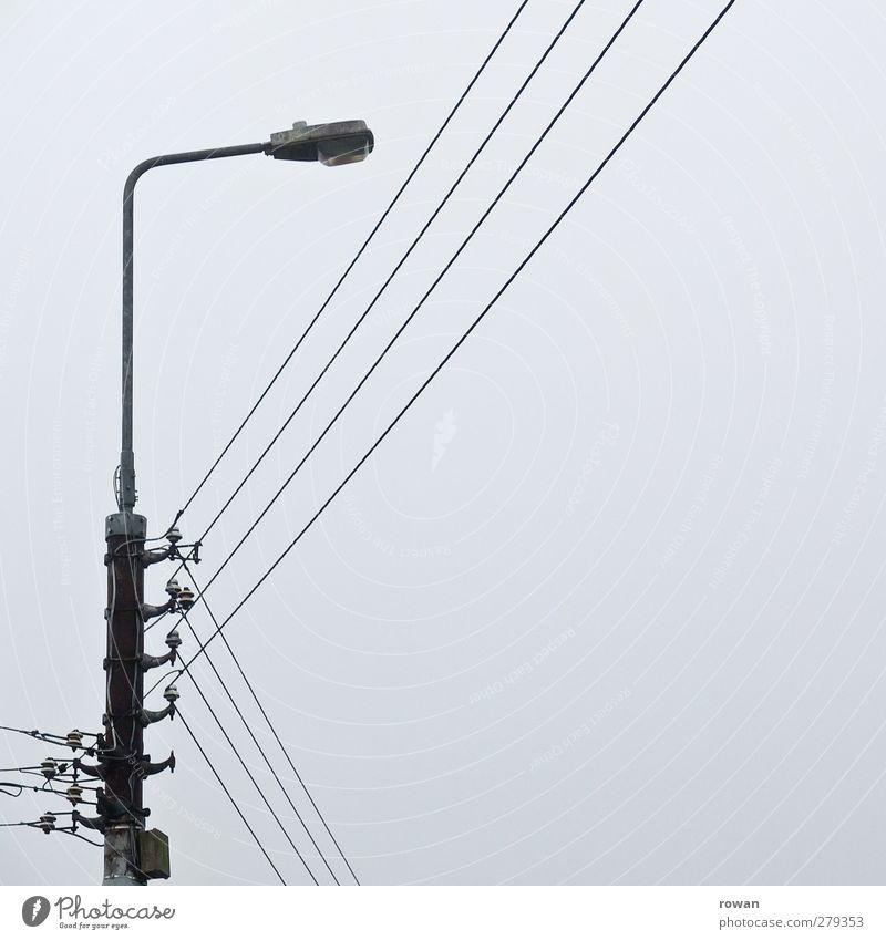 verkabelt Energiewirtschaft kalt Elektrizität Strommast Kabel Straßenbeleuchtung grau Linie parallel Stromtransport Stromverbrauch verbinden Netz