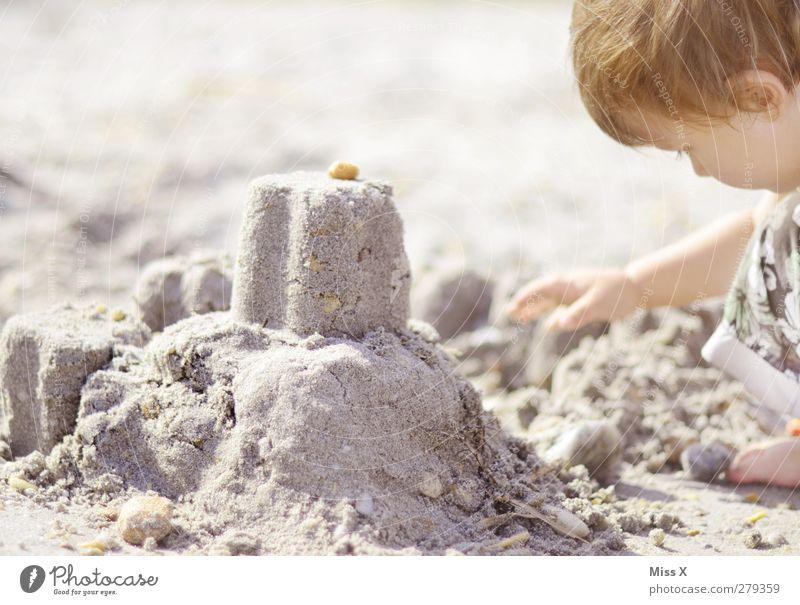 Architekt Ferien & Urlaub & Reisen Sommer Sommerurlaub Mensch Kind Kleinkind Kindheit 1 1-3 Jahre 3-8 Jahre Strand bauen Sandburg Stein Farbfoto Gedeckte Farben