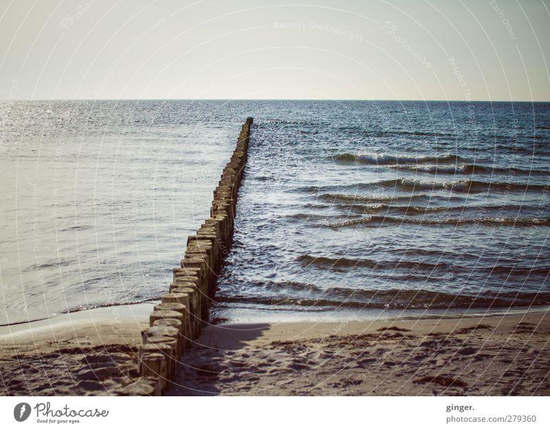 Hiddensee | An der Buhne Umwelt Natur Landschaft Erde Wasser Himmel Horizont Wellen Küste Strand Ostsee Meer Stimmung Einsamkeit lang blau-grau braun Sand