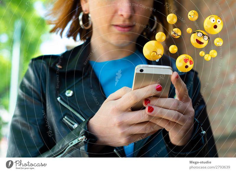 Frau Mensch Hand Gesicht Lifestyle Erwachsene lustig Gefühle Glück modern Technik & Technologie Telefon Internet Model digital PDA
