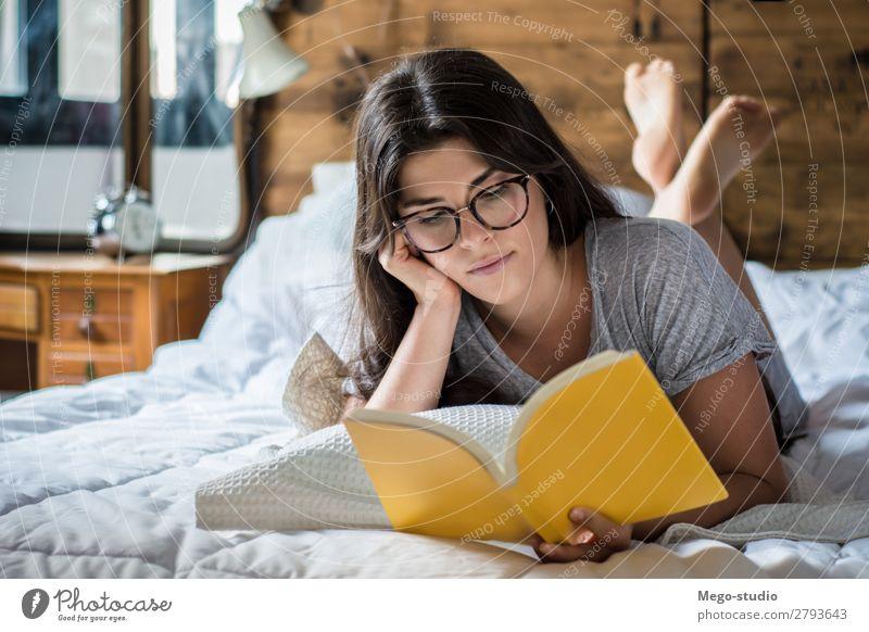 Frau im Bett liegend und Lesebuch lesend Kaffee Lifestyle Glück schön Leben Erholung Freizeit & Hobby Winter Haus Schlafzimmer Mensch Erwachsene Buch Wärme
