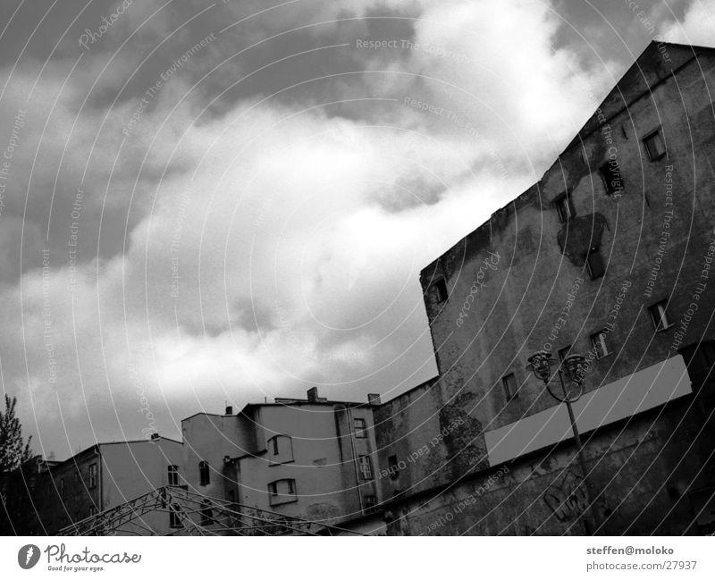 Berlin 2002 Osten Mauer Brandmauer Haus Fenster Stadt Demontage Altbau Backstein Putz Fassade Wolken grau trist verfallen taumeln Architektur Deutschland DDR