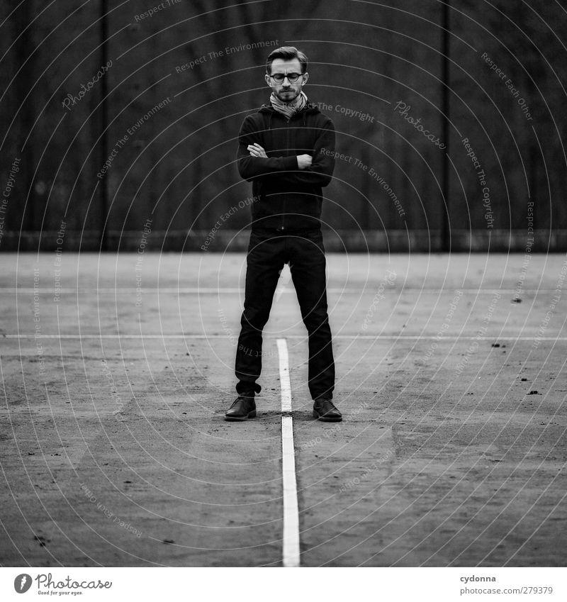 Denkerpose Mensch Jugendliche Einsamkeit ruhig Erwachsene Wald Umwelt Gefühle Stil Denken Junger Mann Zeit 18-30 Jahre Kraft stehen ästhetisch