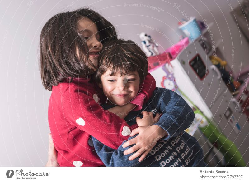 Bruder und Schwester in großer Umarmung im Lifestyle-Bild Spielen Küche Kind Baby Kleinkind Junge Familie & Verwandtschaft Lächeln Liebe stehen niedlich