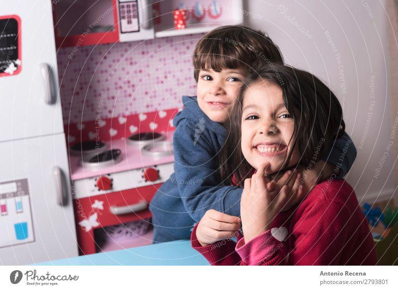 BRÜDERHOF Lifestyle Spielen Küche Kind Baby Kleinkind Junge Schwester Familie & Verwandtschaft 2 Mensch Lächeln Liebe stehen niedlich umarmend spielerisch