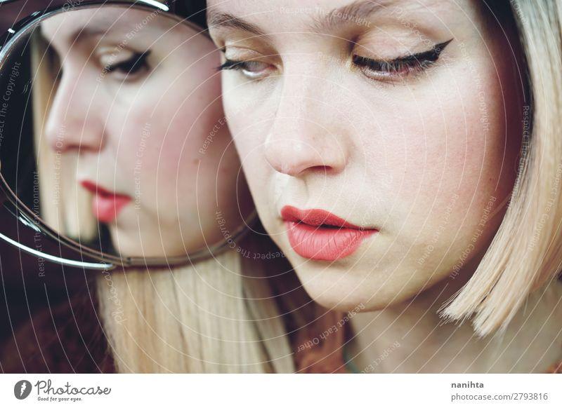 Nahaufnahme einer Frau mit Make-up elegant Stil Haare & Frisuren Haut Gesicht Kosmetik Schminke Lippenstift Behandlung Spa Spiegel Mensch feminin Junge Frau
