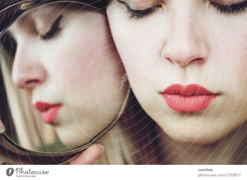 Nahaufnahme einer Frau ohne Make-up Stil schön Haut Gesicht Kosmetik Schminke Lippenstift Spa Spiegel Mensch feminin Erwachsene 1 18-30 Jahre Jugendliche blond