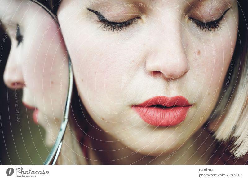 Nahaufnahme einer schönen Frau elegant Stil Haut Gesicht Kosmetik Schminke Lippenstift Behandlung Spa Spiegel Mensch feminin Erwachsene 1 18-30 Jahre